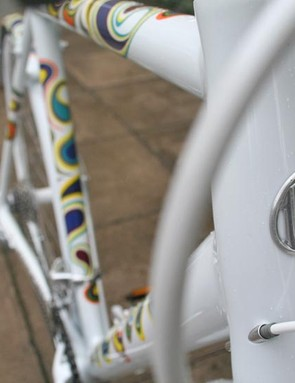 Cable routing through the headtube. Clean.