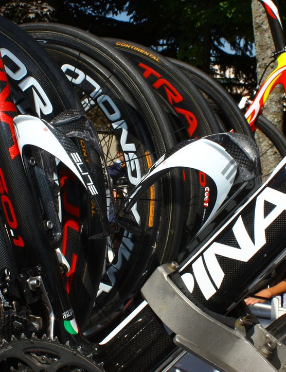 Elite carbon cages hold on to the Caisse d'Epargne bottles.