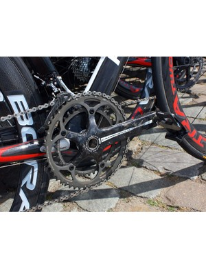 Caisse d'Epargne team bikes are equipped with Campagnolo Record cranks and Look pedals.