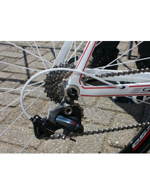 A Shimano Dura-Ace 7900 rear derailleur is bolted to the Look 695's replaceable hanger.