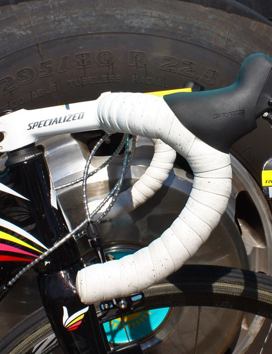 Contador prefers a semi-anatomic bar bend wrapped with what are consistently some of the finest tape jobs in the business, courtesy of team mechanic Faustino Munoz.