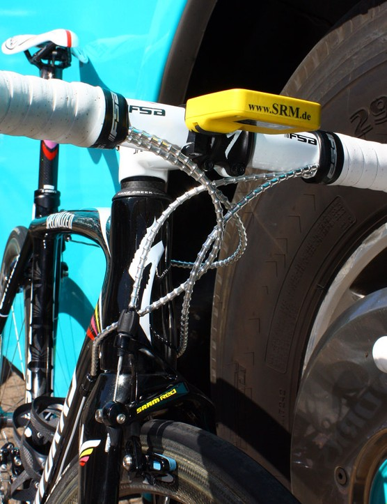 As we've noticed in the past, Munoz prefers to cross the derailleur lines around each other to keep them more neatly tied together.