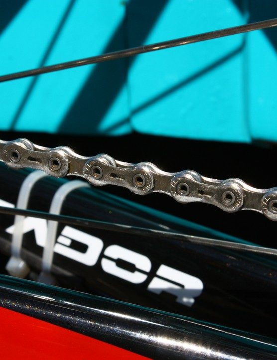 Munoz first applies oil to Contador's freshly washed and dried chains, then seals it in with a heavier grease for an ultra-smooth drivetrain.