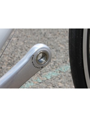 The Ultra-Torque bottom bracket design and thin alloy arms produce a low 145.5mm stance width
