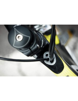 Multiple entry holes behind the stem hide gear and brake cables from the wind, increasing aerodynamic efficiency