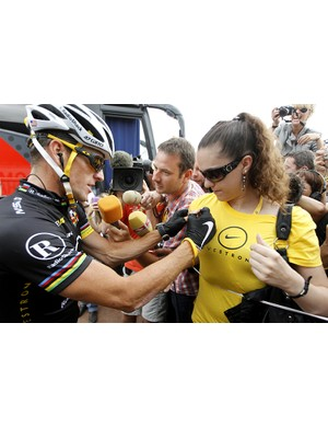 Lance Armstrong signs a fan's t-shirt