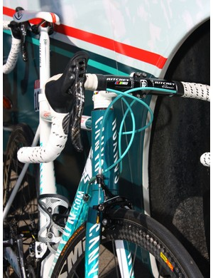 Where on earth did the Omega Pharma-Lotto team mechanics find turquoise housing to match Jurgen Van den Broeck's custom paint job?