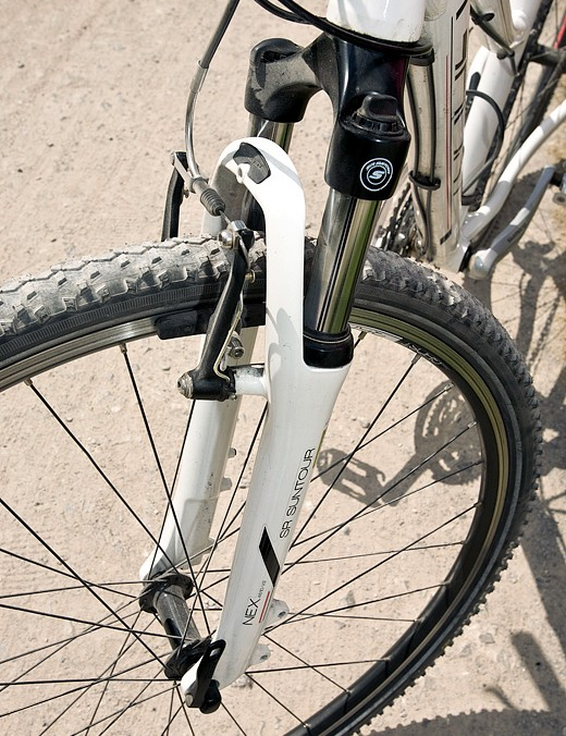 The Suntour NEX suspension fork has 63mm of travel and eases the bumps