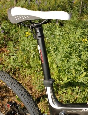 A Race Face Deus seatpost allows easy adjustment of the chromoly railed Fizik Gobi XM saddle