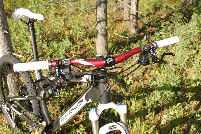 7873b1c2751 The 680mm RaceFace bar is good for breathing on the up and great for  control on