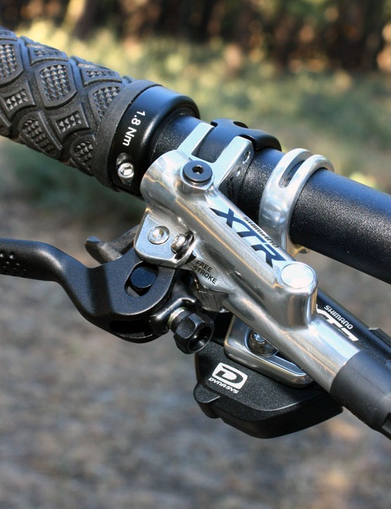 The new XTR Trail master cylinder abandons the old one's radial layout in favor of a more compact inline setup.  Note the dimples at the end of the lever blade, too, which lend a noticeable boost in fingertip grip