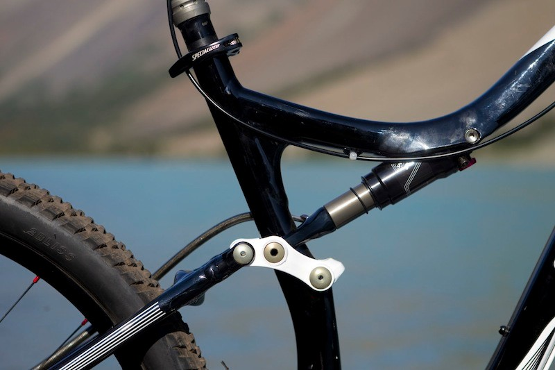 The Specialized / Fox Brain shock handles rear suspension with an FSR design on the Specialized Safire