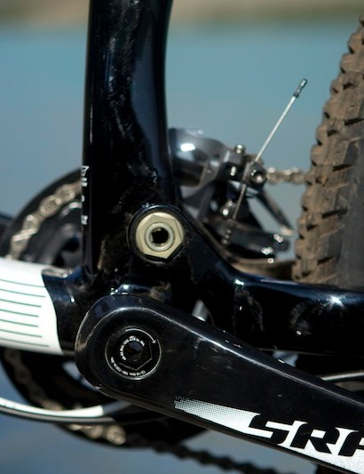 The main pivot is located above and behind the bottom bracket on the Specialized Safire