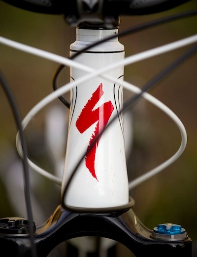The Specialized Safire features a tapered head tube with integrated bearings, keeping the front end lower