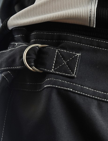 A wide, non-elastic waistband can be fine-tuned with two D-ring cinch straps located above the hipbones