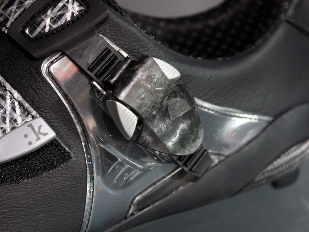 The top-end R1 Uomo uses a heavily stylised and oversized moulded carbon fibre buckle lever