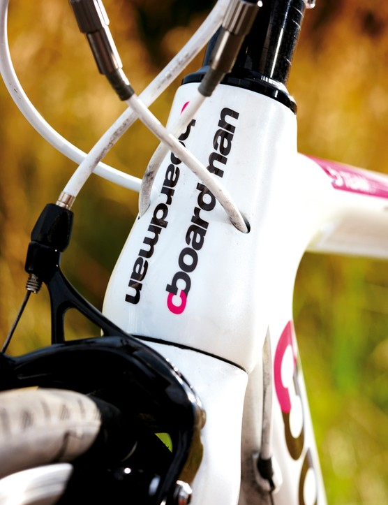Unusually, the gear cables are routed through the head tube, creating a clean look and, theoretically, smoother shifting