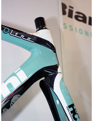 The top tube on the Oltre wraps partially around the sides of the tapered head tube