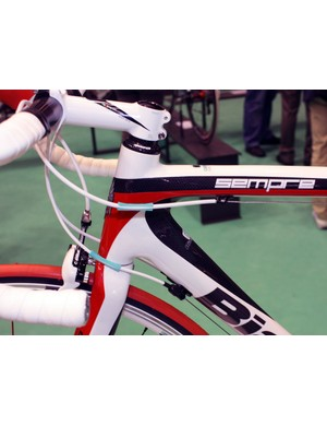 The Sempre uses a conventional non-tapered, integrated head tube