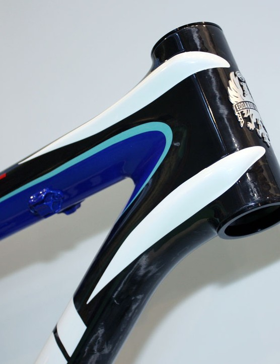 Ribbed extensions from the top tube and down tube wrap around the sides of the head tube to prevent torsional flex