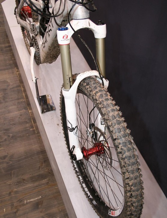 The E-Ndure Evo 2 has a normal RockShox Lyrik travel-adjust fork