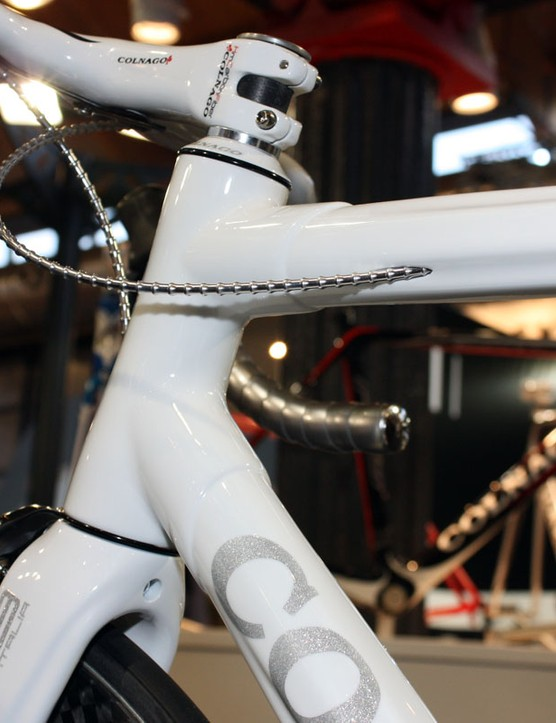 The head tube lug houses a tapered carbon steerer tube