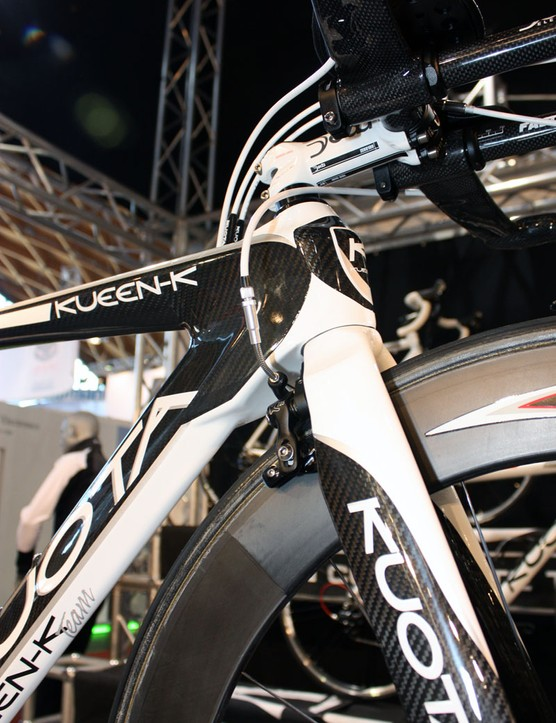 The front brake is tucked behind the fork crown on the Kueen-K