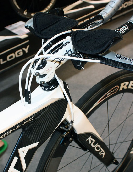 Cables tuck into the frame behind the stem on the Kueen-K