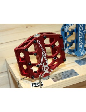 The Cedric Gracia edition Meat Hook pedals are built with an extruded aluminium body, two-tiered pins, and chromoly axles rotating on two cartridge bearings and one DU bushing each