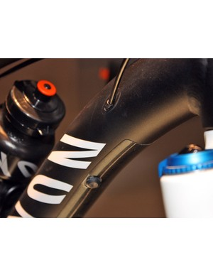 Derailleur cables are internally routed to protect them from dirt, debris and impacts, while additonal bolt-on guides provide for height-adjustable seatposts and Truvativ's HammerSchmidt