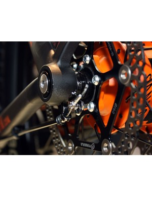 The 142x12mm axle spacing leaves room for Canyon to tuck the shift actuation bits inside the dropout