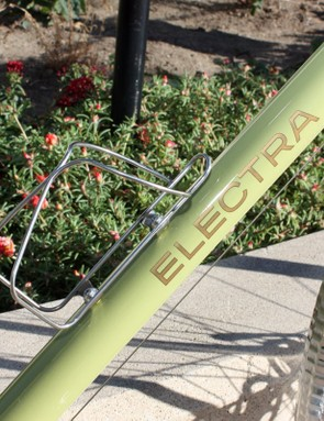 Electra does a good job of outfitting the Ticino 18D with some eye-catching accessories, including front and rear racks and a bottle cage - all made from stainless steel - plus hammered aluminum fenders.  We still would have liked to see a kickstand and bell, though