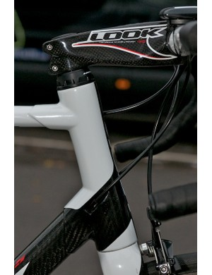 The 595's one-piece carbon head tube