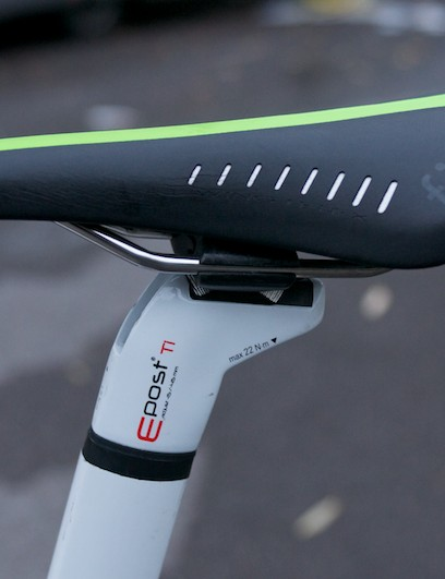 Team-only green-striped Fizik Arione saddle atop the 595's seatmast