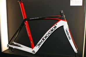 Dedacciai's Super Scuro sports striking lines, high-modulus carbon fibres, nanotube-reinforced resins, a tapered front end and internal cable routing. Claimed frame weight is just 990g for a medium size