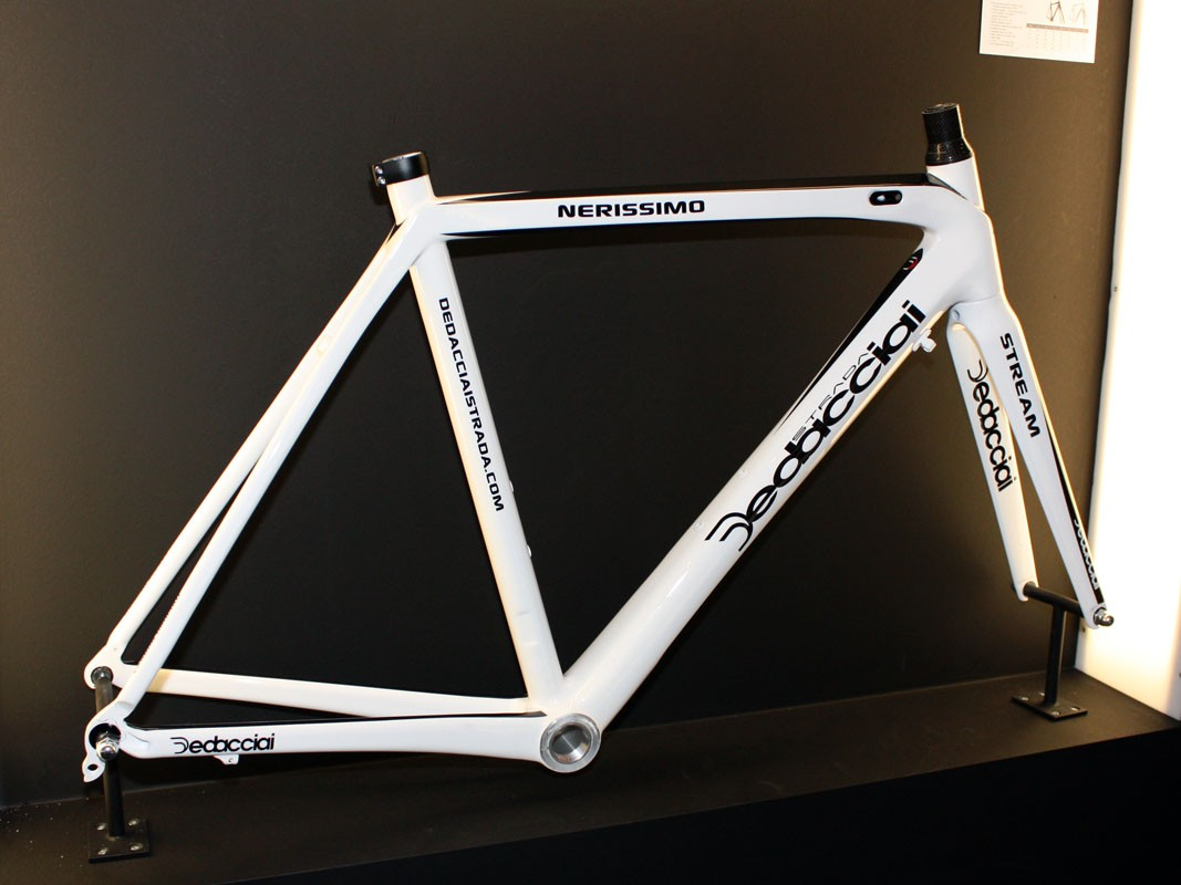 The Nerissimo is Dedacciai's no-frills road model with more basic tubing shapes and a threaded bottom bracket but it still includes modern features such as a tapered head tube and carbon dropouts. Claimed frame weight is 1,150g for a medium size