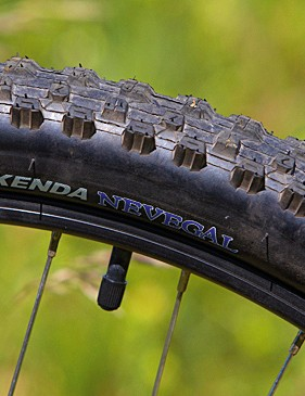 Kenda Nevegal 2.1in treads are a great choice on a bike at this price