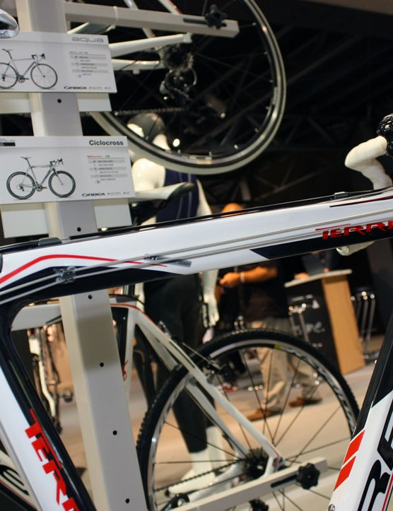 Orbea say the new Terra Silver's frame uses an asymmetrical top tube to place more surface against your shoulder – but only if you carry the bike on your right