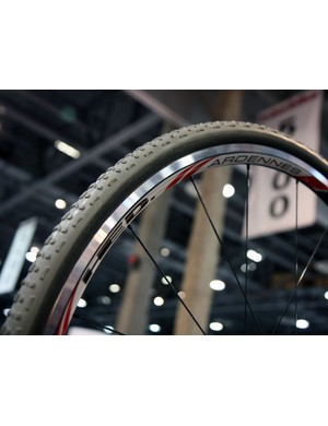 Woo hoo! HED's wide-rimmed Ardennes clincher has now spawned a tubular variant. Unfortunately, you'll have to wait until December to get a set