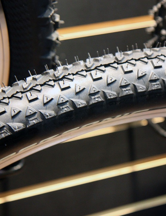 The Continental Race King is designed for all-out speed with short, tightly spaced knobs throughout