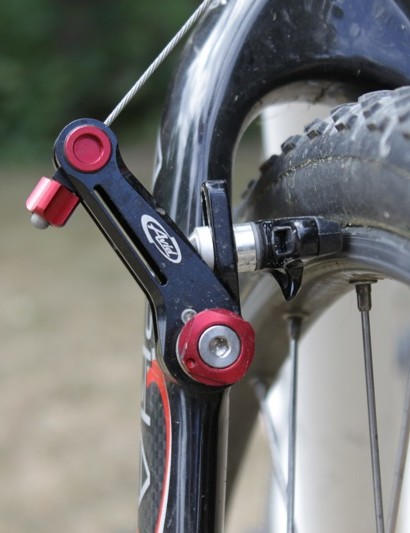 The brake's straddle cable offers a quick-release and integrated barrel adjuster.