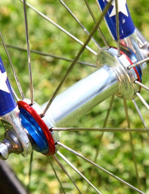 Red and blue anodised end caps finish off the Zipp hubs nicely