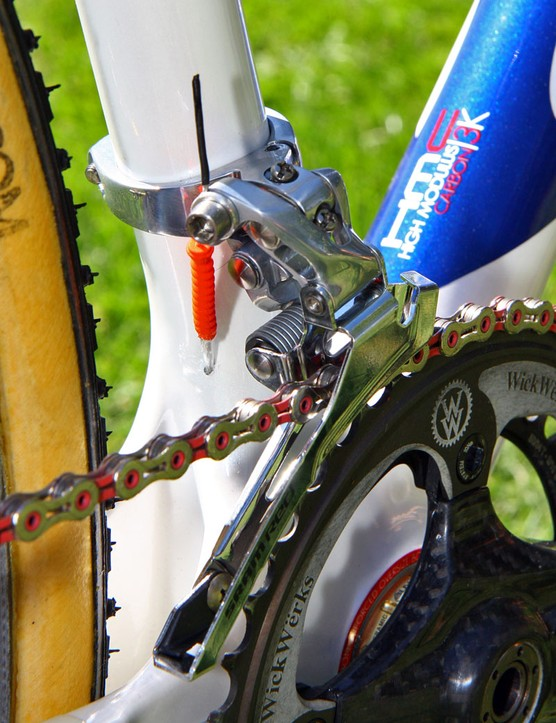 A red grub seal keeps mud and water out of the Gore Ride-On front derailleur line while a bit of heat-shrink tubing keeps the cable end from fraying