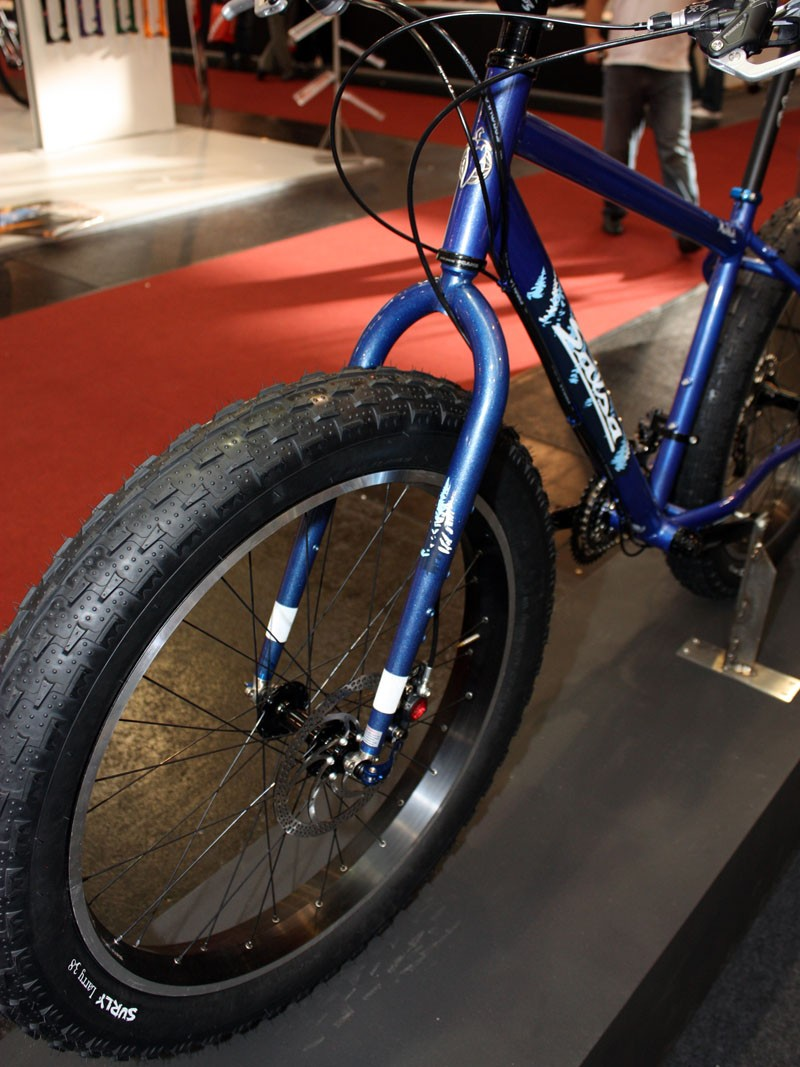 Front hub spacing on the Salsa Mukluk is set at 135mm - both to more easily accommodate the enormous tire as well as to lend front-rear wheel interchangeability in the event of a freehub body failure