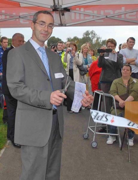 David Rowe from TfL cuts the ribbon