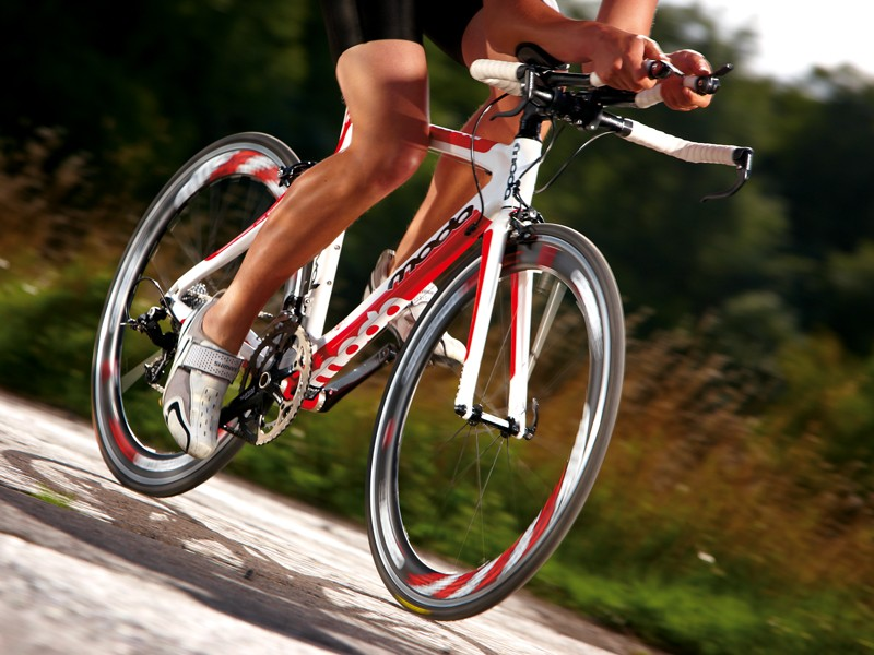 The steering is balanced and vice-free out of the saddle on climbs or cruising along at a high cadence