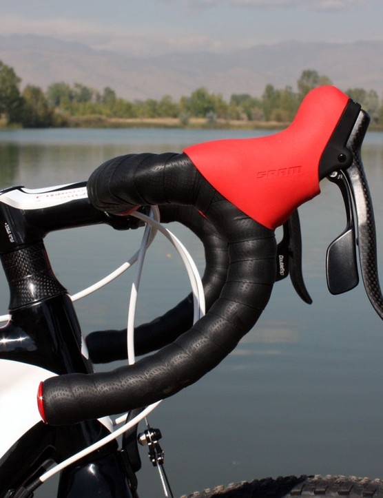 The semi-anatomic bend of the Specialized Pro Carbon bars provide a good mix of hand positions
