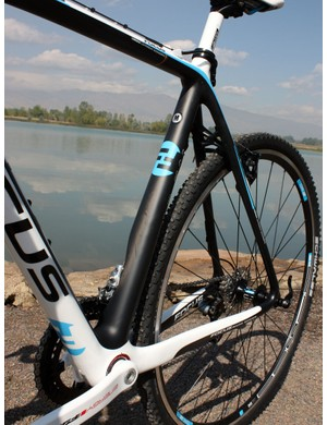 The giant, tapered and flared seat tube incorporates a big cut-out on the driveside to clear the front derailleur