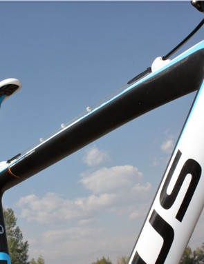 The broad and relatively flat underside on the Focus Mares CX 2 top tube is easier on your shoulder during run-ups