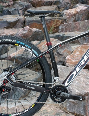 The kinked seat tube helps keep the chain stay length impressively short for quicker handling